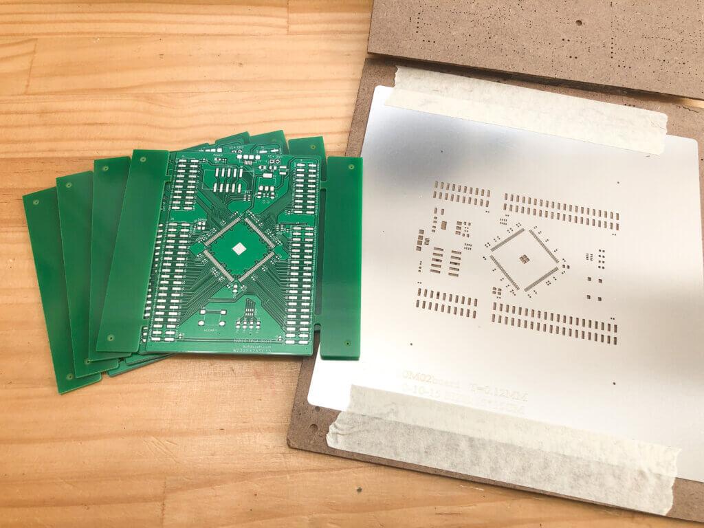PCBWayで作ってもらった基板とステンシル