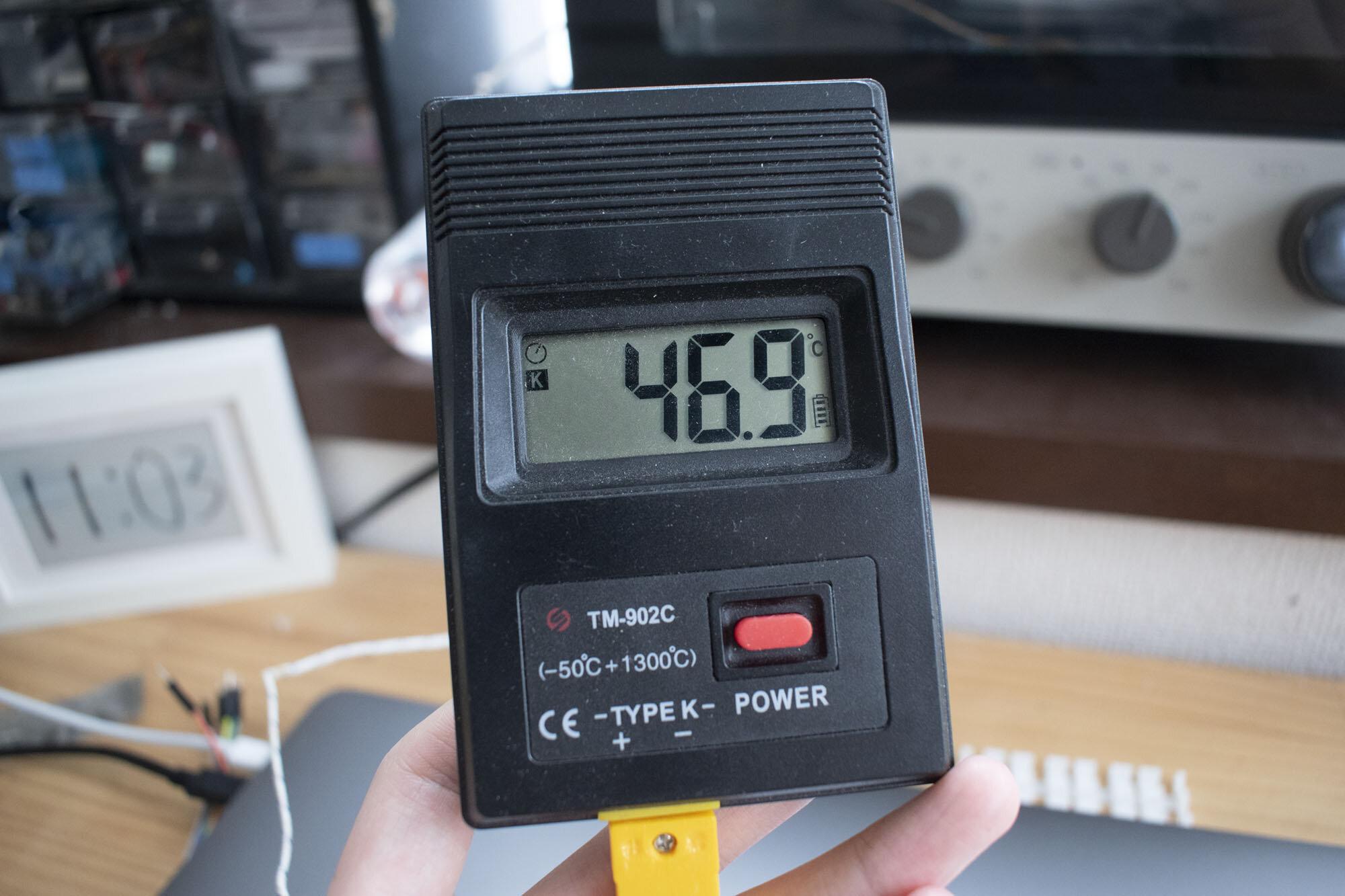 オーブンの内部温度の46.9°Cを指す温度計