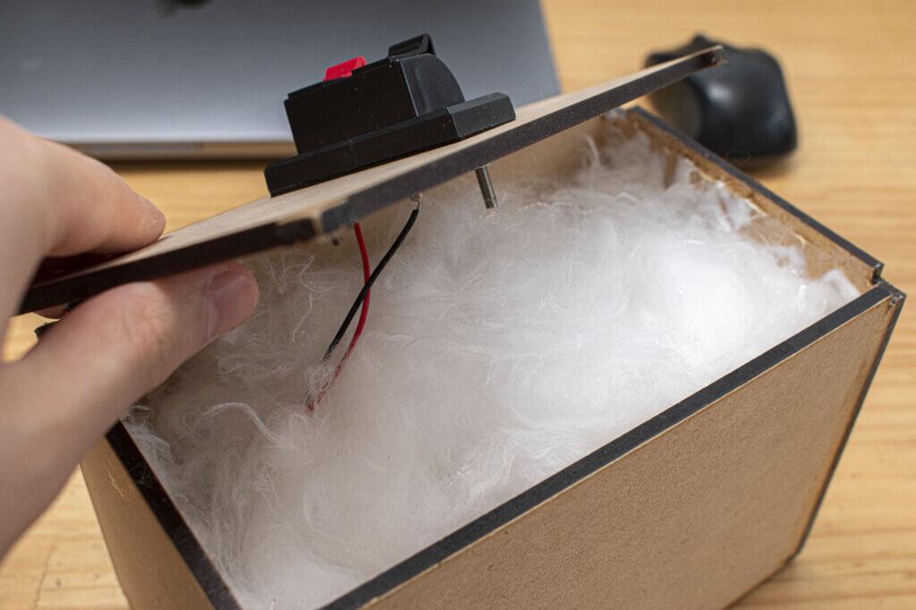 綿が詰まったスピーカー内部